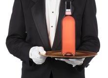 Maggiordomo con la bottiglia di vino sul cassetto fotografie stock