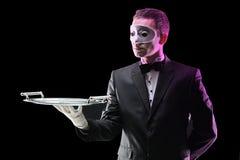 Maggiordomo con una maschera di protezione immagine stock