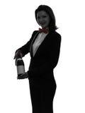 Maggiordomo del cameriere della donna che serve la siluetta del vino rosso fotografia stock