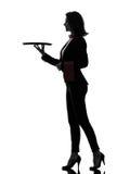 Maggiordomo del cameriere della donna che tiene la siluetta vuota del vassoio fotografia stock libera da diritti