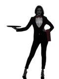 Maggiordomo del cameriere della donna che tiene la siluetta vuota del vassoio Fotografie Stock