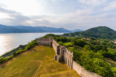Maggiore Italie de lac Angera de château le 16 juillet 2015 Image libre de droits