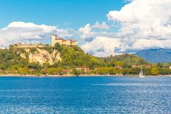 Maggiore Lombardía, Italia del lago Angera del castillo foto de archivo