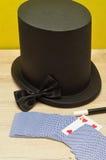 Maghi cappello, bacchetta, farfallino e una piattaforma delle carte Immagini Stock Libere da Diritti