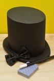 Maghi cappello, bacchetta, farfallino e una piattaforma delle carte Fotografia Stock Libera da Diritti