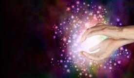 Magi die bovennatuurlijke helende energie ontdekken Stock Afbeeldingen