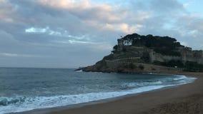 Magi vågor, hav och att tjusa sikt och saga i Tossa de Mar, Spanien lager videofilmer