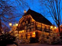 Magia de entramado de madera de la Navidad de la casa por noche Foto de archivo