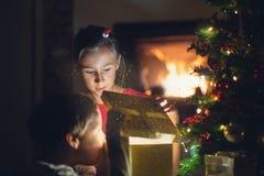 Magia del día de fiesta del regalo de Navidad de apertura fotos de archivo libres de regalías