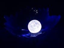 Magia di una sfera di cristallo - misticismo. Fotografia Stock