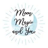 Magia e voi della luna Progettazione ispiratrice scritta a mano di frase sul qote di amore di forma della luna blu dell'acquerell Immagine Stock