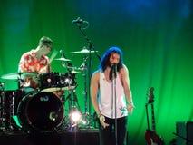 ¡Magia! el vocalista canta en el mic mientras que la banda atasca en etapa Foto de archivo libre de regalías