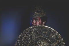 Magia, guerriero barbuto dell'uomo con il casco del metallo e schermo, Vi selvaggio Fotografia Stock