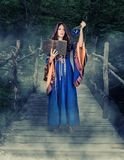 Magia joven hermosa del bastidor de la muchacha de la bruja de Halloween imagenes de archivo