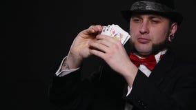 Magia, karciane sztuczki, uprawia hazard, kasyno, grzebaka pojęcie - obsługuje pokazywać sztuczkę z karta do gry zbiory wideo