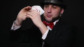 Magia, karciane sztuczki, uprawia hazard, kasyno, grzebaka pojęcie - obsługuje pokazywać sztuczkę z karta do gry zdjęcie wideo
