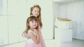 Magia - sueño de dos niñas de un regalo almacen de metraje de vídeo