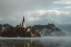 Magicial que morining pelo lago sangrado em Eslovênia foto de stock royalty free