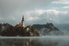 Magicial som morining vid den blödde sjön i Slovenien royaltyfri foto