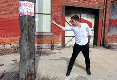 Magicien à Detroit Michigan faisant la magie de rue dans le bâtiment abandonné à la ville de moteur photographie stock libre de droits