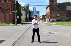 Magicien à Detroit Michigan faisant la magie de rue dans le bâtiment abandonné à la ville de moteur image stock