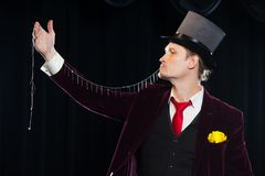 Magicien avec de la chandelle, homme de jongleur, personne drôle, magie noire, foyer d'illusion avec photos stock