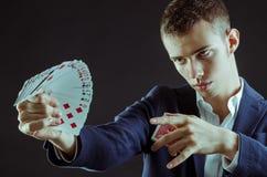 Magicien avec des cartes Photos stock