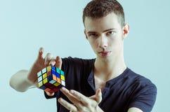 Magicien avec le cube rubic Images libres de droits