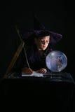 Magicien d'enfant écrivant un charme Photographie stock libre de droits