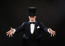Magicien dans le tour d'apparence de chapeau supérieur image libre de droits