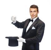 Magicien dans le tour d'apparence de chapeau supérieur Image stock