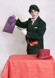 Magicien mûr avec tours de magie Images stock