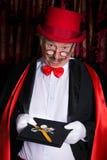 Magicien malheureux avec la montre cassée Images stock