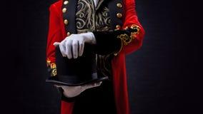 magicien Plan rapproché de main dans les gants le type dans la camisole rouge et le cylindre photographie stock