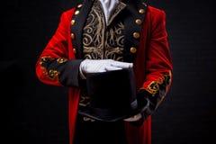 magicien Plan rapproché de main dans les gants le type dans la camisole rouge et le cylindre photos libres de droits