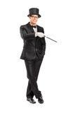 Magicien retenant une pose magique de baguette magique Photographie stock libre de droits