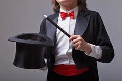 Magicien tenant le chapeau et la baguette magique magiques photo stock