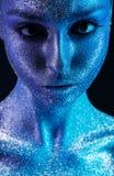 Magiczna kobieta z fiołkowym i błękitnym bodyart z błyskotliwość obraz royalty free