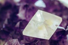 Magicznego reiki purpur energetyczny kamień obraz stock