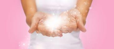 Magiczni migotania lub czarodziejski pył na żeńskich rękach Obraz Stock