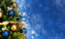 Magicznie dekorujący Jedlinowy drzewo z piłkami, faborkami i girlandami na zamazanym Bożenarodzeniowym błękitnym tle, błyszczącym zdjęcie stock