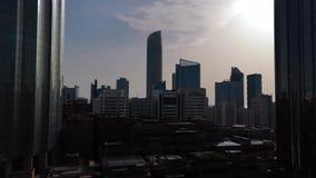 Magiczny czasu upływ miasta drapacz chmur przy chmurnym zmierzchem - Abu Dhabi linia horyzontu, Zjednoczone Emiraty Arabskie zdjęcie wideo