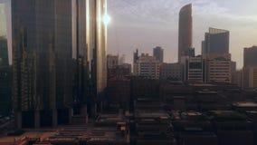 Magiczny czasu upływ miasta drapacz chmur przy chmurnym zmierzchem - Abu Dhabi linia horyzontu, Zjednoczone Emiraty Arabskie zbiory