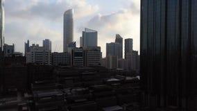 Magiczny czasu upływ miasta drapacz chmur przy chmurnym zmierzchem - Abu Dhabi linia horyzontu, Zjednoczone Emiraty Arabskie zbiory wideo