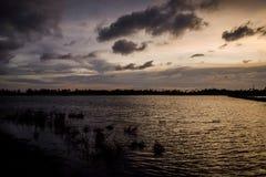 MAGICZNY EVENIG niebo NAD SPOKOJNYM jeziorem obrazy stock