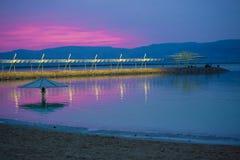Magiczny lily wschód słońca przy Nieżywym morzem Zdjęcia Stock
