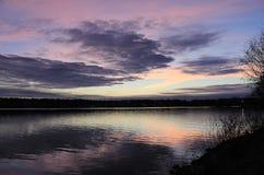 Magiczny nocne niebo odbijający w wodzie Zdjęcie Royalty Free