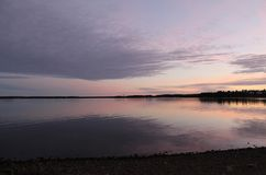 Magiczny nocne niebo odbijający w wodzie Fotografia Stock