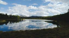 Magiczny panorama krajobraz z jeziorem w górach w Szwajcarskich Alps 4k zwolnione tempo zbiory wideo