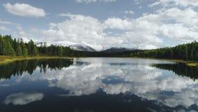 Magiczny panorama krajobraz z jeziorem w górach w Szwajcarskich Alps 4k zwolnione tempo zdjęcie wideo
